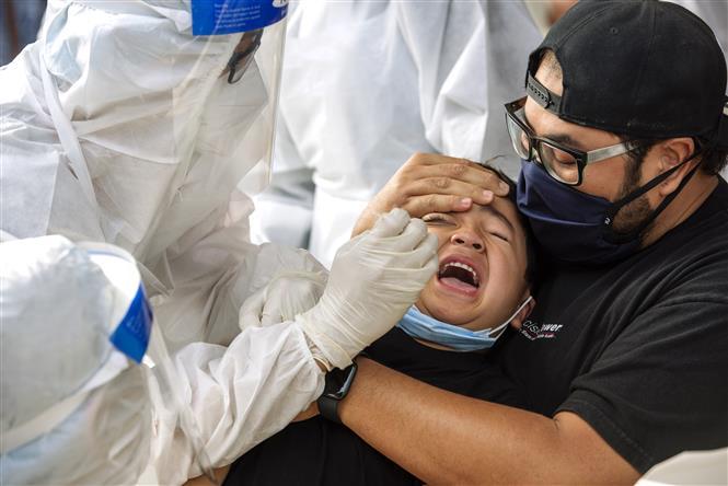 Nhân viên y tế lấy mẫu xét nghiệm COVID-19 tại Kajang, Malaysia, ngày 8-5-2021. Ảnh: THX/TTXVN