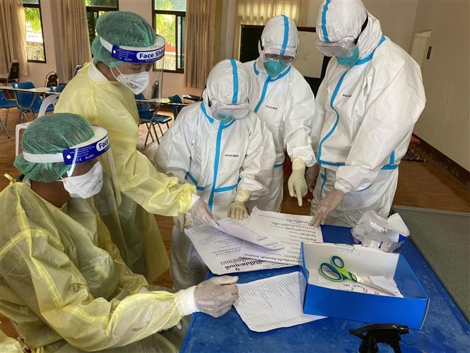 Nhân viên y tế làm nhiệm vụ tại điểm xét nghiệm COVID-19 ở Viêng Chăn, Lào, ngày 7-5-2021. Ảnh: THX/ TTXVN