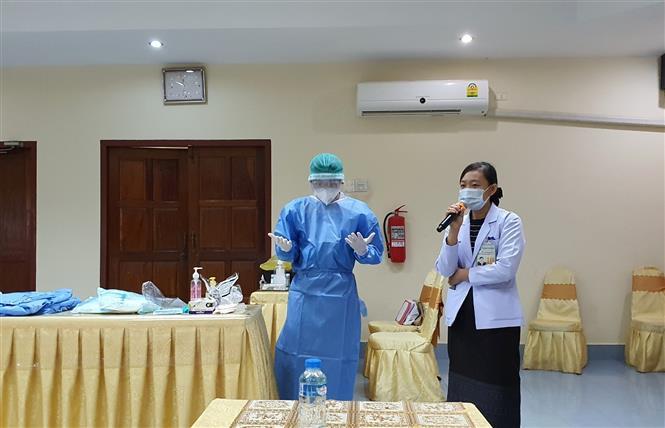 Các chuyên gia y tế Việt Nam tổ chức tập huấn công tác chuyên môn và kiểm soát nhiễm khuẩn cho nhân viên y tế các bệnh viện của tỉnh Champasak, Nam Lào. Ảnh: TTXVN phát