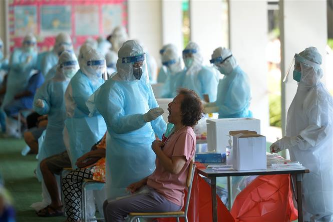 Nhân viên y tế lấy mẫu xét nghiệm COVID-19 tại Bangkok, Thái Lan, ngày 13-5-2021. Ảnh: THX/TTXVN