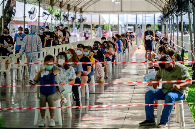 Người dân chờ lấy mẫu xét nghiệm COVID-19 tại Bangkok, Thái Lan. Ảnh: AFP/TTXVN