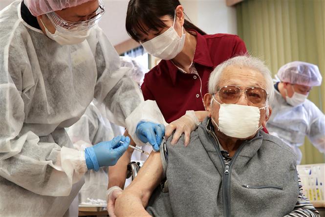 Người dân tiêm vaccine ngừa COVID-19 tại Tokyo, Nhật Bản. Ảnh: AFP/TTXVN