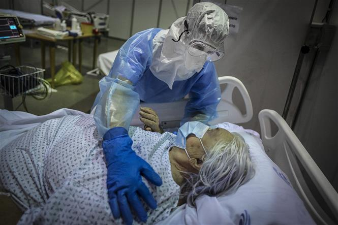 Nhân viên y tế chăm sóc bệnh nhân COVID-19 tại Portimao, vùng Algarve, Bồ Đào Nha ngày 9-2-2021. Ảnh: AFP/TTXVN