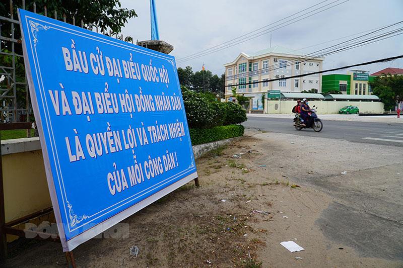 Nhiều pa-nô tuyên truyền ngày bầu cử trên tuyến đường vào trụ sở hành chính huyện Mỏ Cày Bắc.