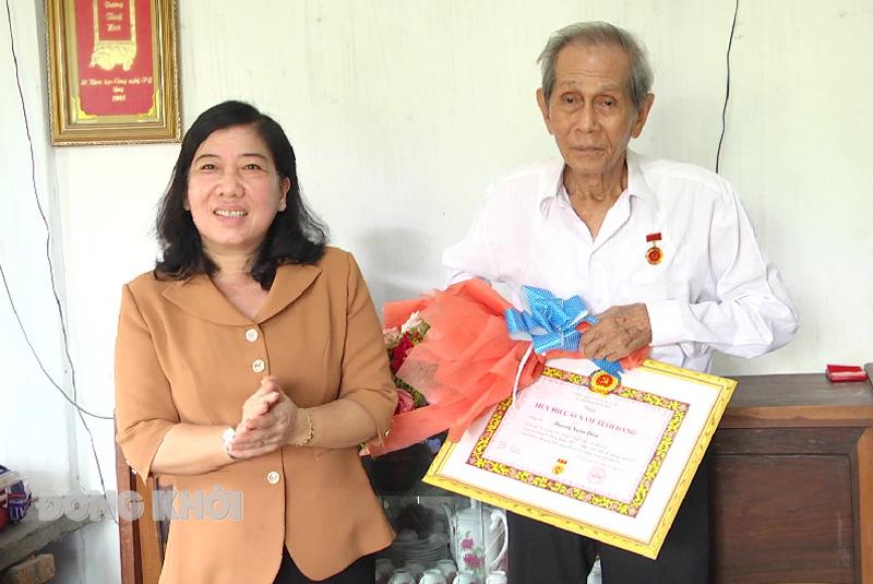 Trao Huy hiệu 65 năm tuổi Đảng cho đảng viên  Dương Xuân Diệu.