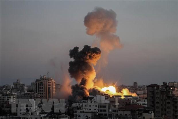 Khói lửa bốc lên trong các cuộc oanh tạc của máy bay Israel xuống thành phố Gaza ngày 14-5-2021. Ảnh: THX/TTXVN