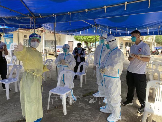 Nhân viên y tế làm nhiệm vụ tại điểm xét nghiệm COVID-19 ở Viêng Chăn, Lào. Ảnh: THX/TTXVN