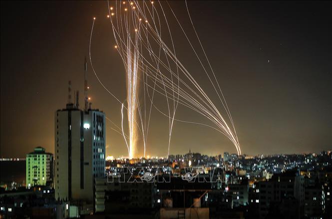 Rocket được phóng từ Dải Gaza, hiện do Phong trào Hamas của Palestine kiểm soát, xuống khu vực bờ biển thành phố Tel Aviv của Israel tối 11-5-2021. Ảnh minh họa: AFP/TTXVN