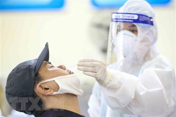 Nhân viên Trung tâm y tế quận Đống Đa lấy mẫu xét nghiệm COVID-19 cho các cư dân từng đến Đà Nẵng từ 1 đến 14-5-2021 (ảnh chụp chiều 15-5-2021). Ảnh: Tuấn Đức/TTXVN