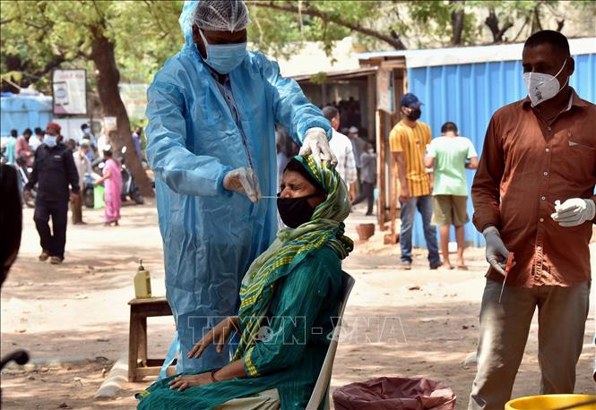 Nhân viên y tế lấy mẫu xét nghiệm COVID-19 cho người dân tại Hyderabad, Ấn Độ ngày 11-5-2021. Ảnh: THX/TTXVN