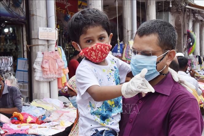 Người dân đeo khẩu trang phòng lây nhiễm COVID-19 tại Dhaka, Bangladesh, ngày 20-6-2020. Ảnh: THX/TTXVN