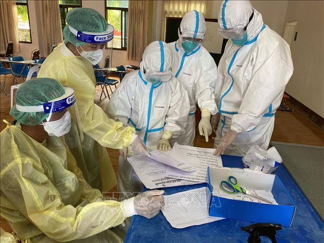Nhân viên y tế làm nhiệm vụ tại điểm xét nghiệm COVID-19 ở Viêng Chăn, Lào ngày 7-5-2021. Ảnh: THX/TTXVN