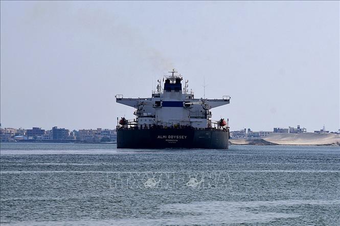 Tàu hàng di chuyển qua kênh đào Suez, Ai Cập ngày 30-3-2021. Ảnh: AFP/TTXVN
