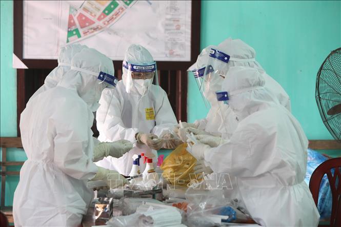 Tăng cường lấy mẫu xét nghiệm sàng lọc ca mắc COVID-19 ở Bắc Giang. Ảnh: TTXVN
