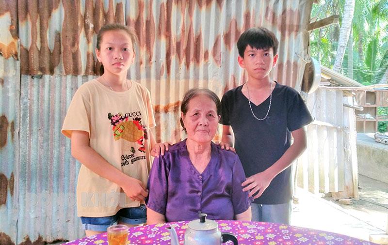 Bà Hớn cùng với 2 chị em Mẫn, Phát.