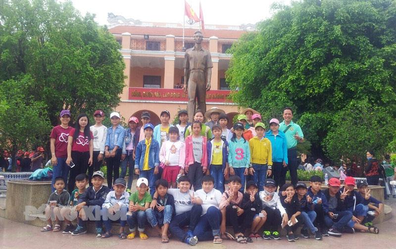 Anh Đặng Khai Nguyên (hàng đứng, bìa phải) cùng học sinh Trường THCS Thới Thuận tham gia du lịch dã ngoại. Ảnh: CTV