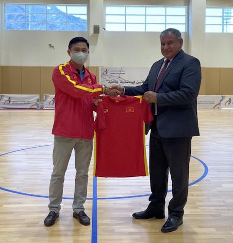 Lãnh đạo hai đội trao quà lưu niệm trước trận đấu - Ảnh: Anh Tú