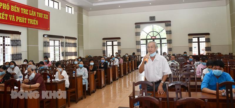 Các đại biểu gặp gở ứng cử viên nhưng đảm bảo giữ khoảng cách và đeo khẩu trang phòng, chống dịch.