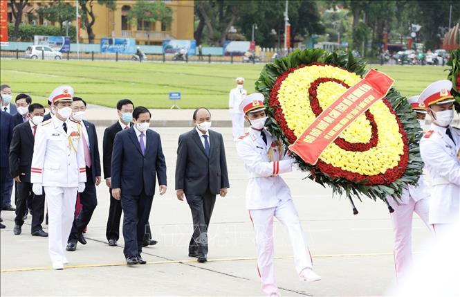 Lãnh đạo Đảng, Nhà nước đặt vòng hoa và vào Lăng viếng Chủ tịch Hồ Chí Minh. Ảnh: Dương Giang/TTXVN