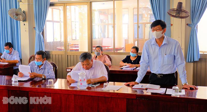 Phó chủ tịch UBND huyện Nguyễn Ngọc Tân trao đổi với đoàn giám sát. Ảnh: Minh Mừng