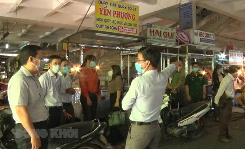 Đoàn khảo sát tại chợ Bến Tre. Ảnh: Hồng Quốc