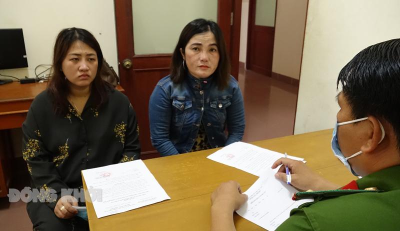 Thanh (trái) và Hồng tại cơ quan công an. Ảnh: Nguyễn Đăng.