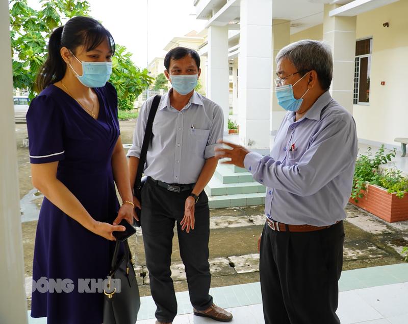 Tổ giám sát thực tế tại khu chuẩn bị cho hoạt động cách ly tập trung tại Trung tâm Chính trị huyện Mỏ Cày Bắc. Ảnh: Phan Hân.