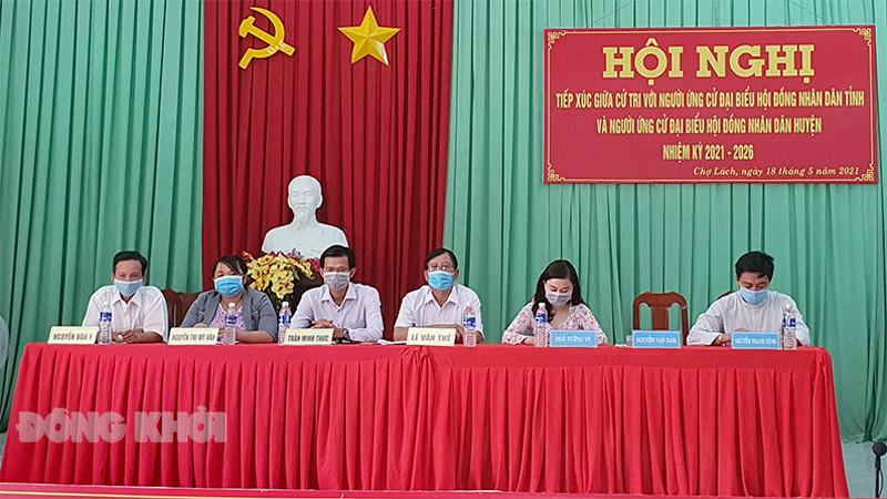 Các ứng cử viên trình bày chương trình hành động tại buổi tiếp xúc cử tri ở UBND xã Sơn Định. Ảnh: Thanh Đồng