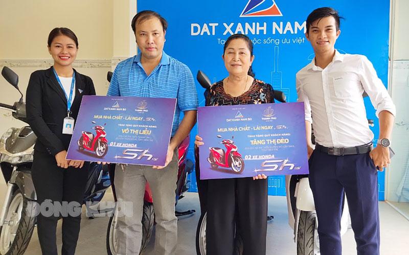 Khách hàng đầu tư tại dự án Thạnh Phú Center được nhận quà tặng sự kiện vừa qua.