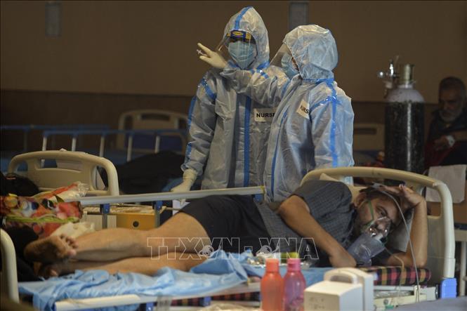 Bệnh nhân COVID-19 được điều trị tại một bệnh viện ở New Delhi, Ấn Độ1. Ảnh: AFP/TTXVN