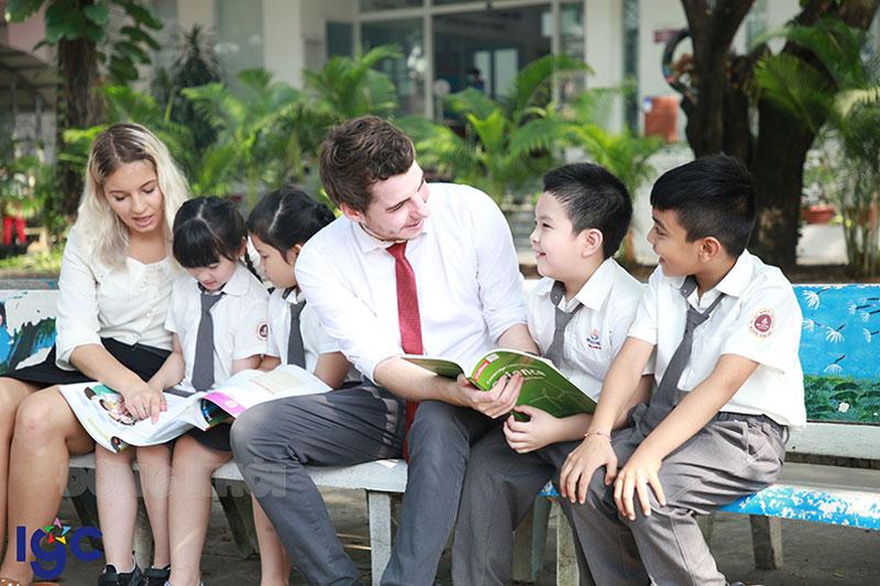 Đội ngũ giáo viên chọn đọc kỹ lưỡng từ các trường Sư phạm và quốc gia nói tiếng Anh.