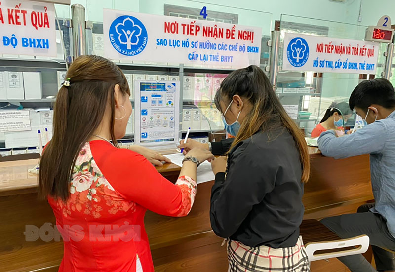 Hướng dẫn, tư vấn người lao động lãnh chi trả qua tài khoản ATM.