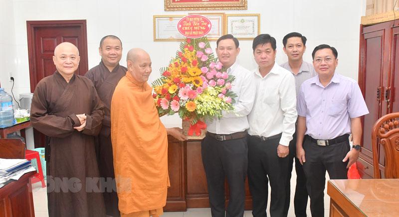 Quyền Chủ tịch UBMTTQVN tỉnh Nguyễn Phúc Linh trao hoa chúc mừng cho Ban Trị sự Giáo hội Phật giáo Việt Nam tỉnh. Ảnh: Hữu Hiệp