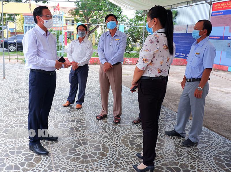 Bí thư Tỉnh ủy Phan Văn Mãi kiểm tra điểm bỏ phiếu tại xã Thới Thạnh. Ảnh: Minh Mừng.