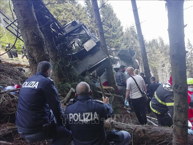 Cảnh sát và lực lượng cứu hộ được triển khai tới hiện trường vụ rơi cáp treo ở thị trấn Stresa, vùng Piedmont, Italy, ngày 23-5-2021. Ảnh: AFP/TTXVN