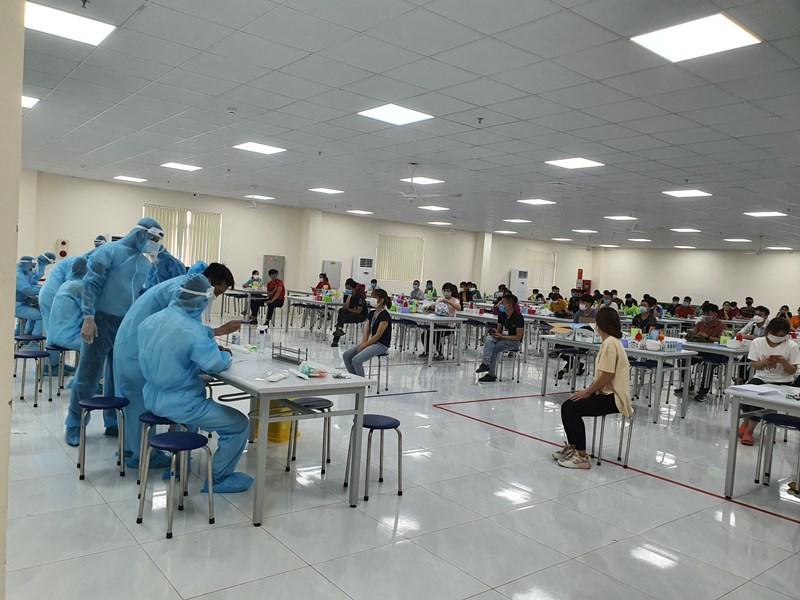 Lực lượng y tế lấy mẫu xét nghiệm COVID-19 cho công nhân tại KCN Vân Trung (Bắc Giang).