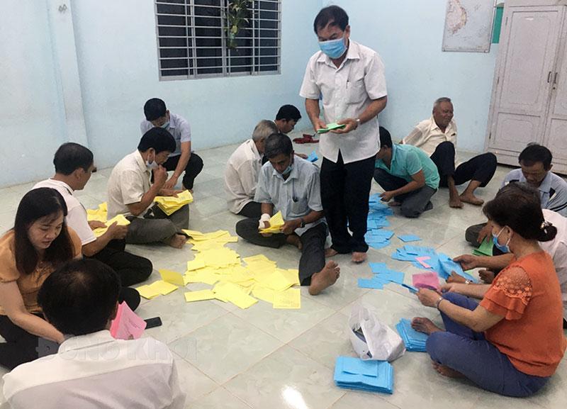 Công tác kiểm phiếu của các tổ, thuộc xã Thành Thới A, huyện Mỏ Cày Nam. Ảnh: Hồng Yến