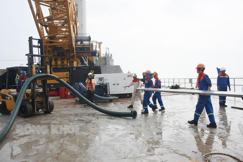 Nhà máy điện gió số 5 (Thạnh Hải, Thạnh Phú) đã lắp đặt 3 trụ tua-bin. Ảnh: C. Trúc