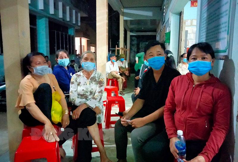 Người dân xã Tam Phước đến làm căn cước công dân vào tối 26-5-2021.