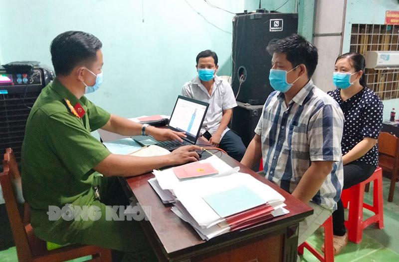 Cán bộ, chiến sĩ Công an huyện Châu Thành làm căn cước công dân tại xã Tam Phước.
