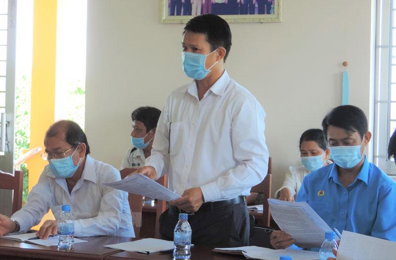 Đại biểu tham gia góp ý cho Chi bộ ấp Phú Hữu tại cuộc khảo sát.