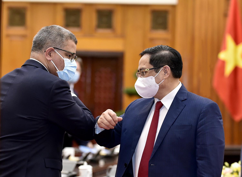 Thủ tướng Chính phủ Phạm Minh Chính và ông Alok Sharma, Bộ trưởng Chính phủ Anh, Chủ tịch Hội nghị lần thứ 26 các Bên tham gia Công ước khung của Liên Hợp Quốc về Biến đổi khí hậu (COP26). Ảnh: VGP/Nhật Bắc