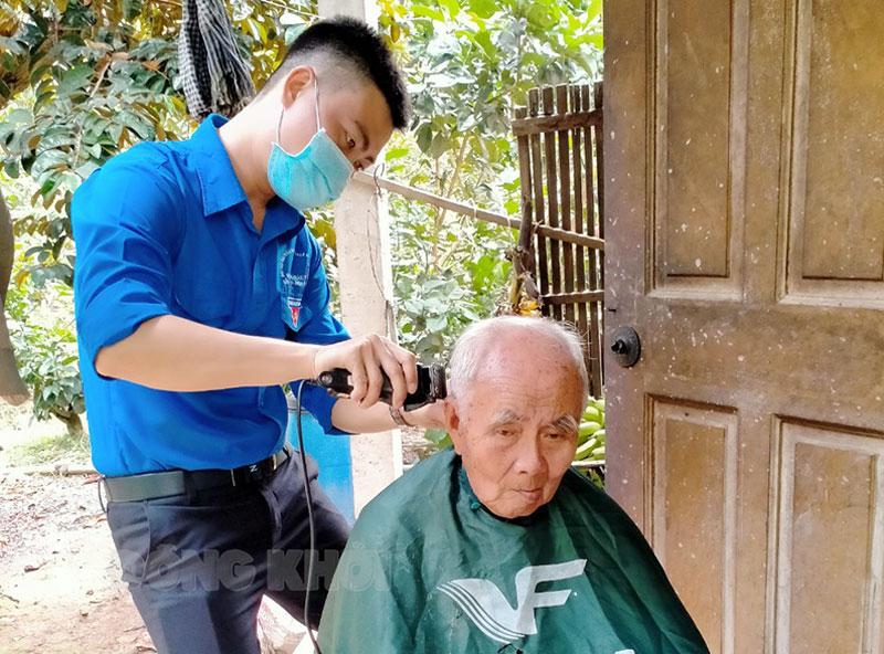 Đoàn viên xã Phú Đức hớt tóc tình nguyện tại nhà cho người cao tuổi, ốm đau. Ảnh: H. Trâm