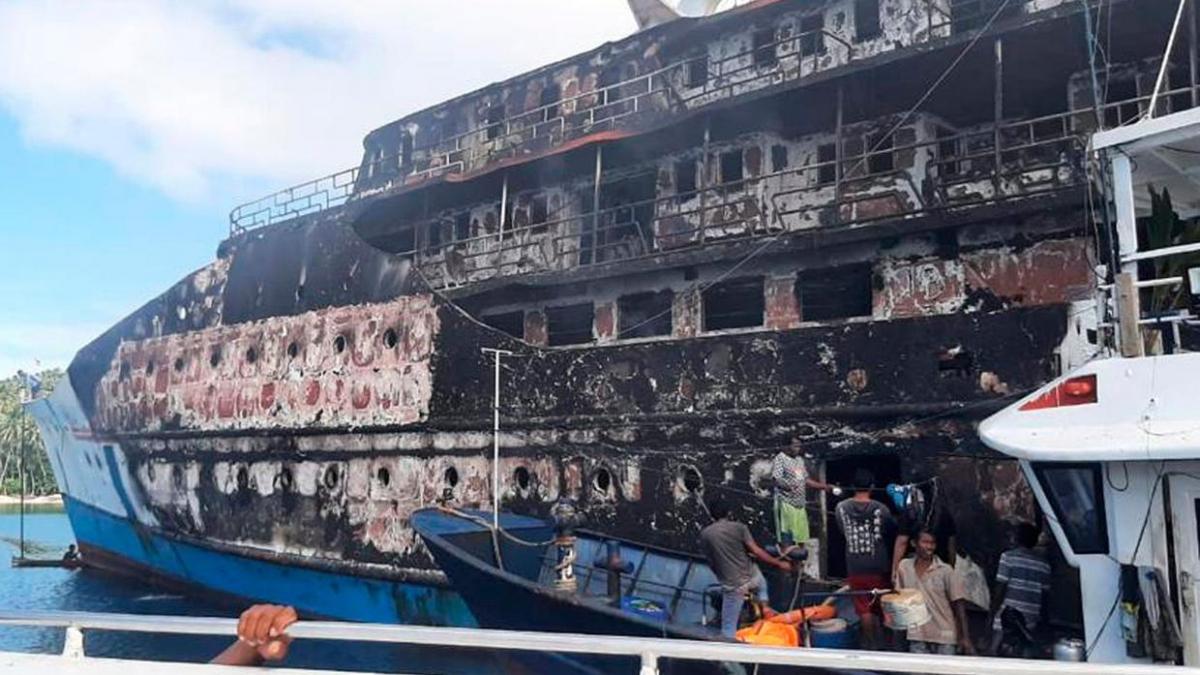 Tàu KM Karya Indah sau vụ cháy. Nguồn: BASARNAS/AP