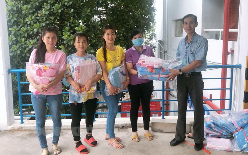 Công đoàn gởi quà tặng cho con công nhân lao động.