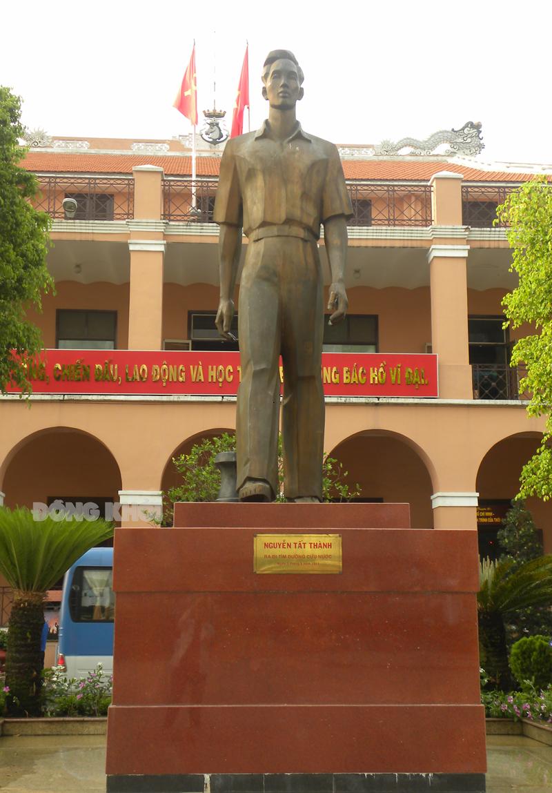 Tượng đài thanh niên Nguyễn Tất Thành tại Bến cảng Nhà Rồng.