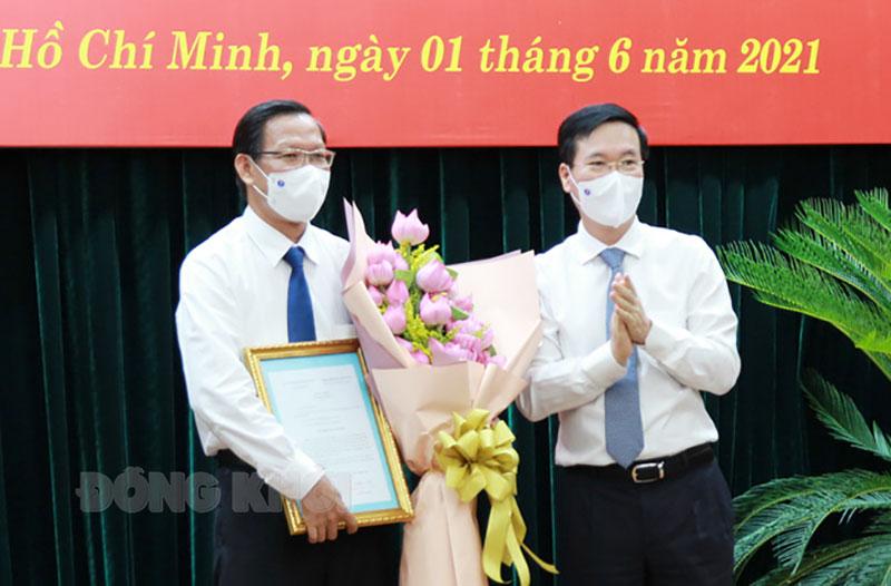 Ông Võ Văn Thưởng - Ủy viên Bộ Chính trị, Thường trực Ban bí thư trao quyết định cho ông Phan Văn Mãi - Phó Bí thư thường trực Thành ủy TP. Hồ Chí Minh.