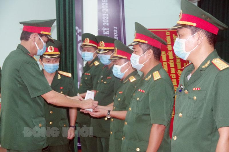 Trao quân hàm cho các đồng chí.