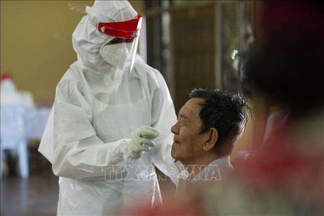 Nhân viên y tế lấy mẫu xét nghiệm COVID-19 cho người dân tại Klang, Selangor, Malaysia. Ảnh: THX/TTXVN