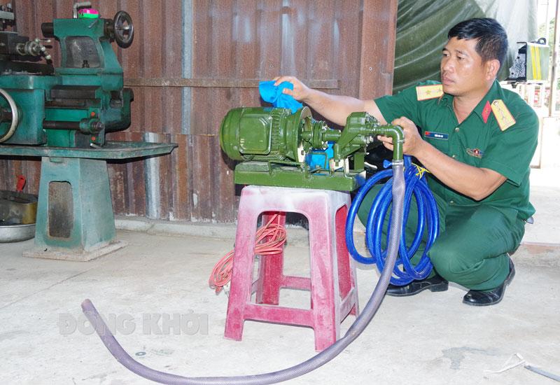 Sáng kiến máy bơm đa năng phục vụ công tác bảo quản, bảo dưỡng vũ khí. Ảnh: Thanh Sang